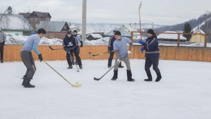 В Мысках на спортивно-игровой площадке «Кызыл Чар» прошел турнир по хоккею на валенках