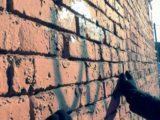 Мысковские волонтёры отдела по делам молодежи проводят акцию «Чистые стены»