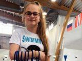 Алиса Чащина из Мысков завоевала 8 медалей на соревнованиях по плаванию в Омске