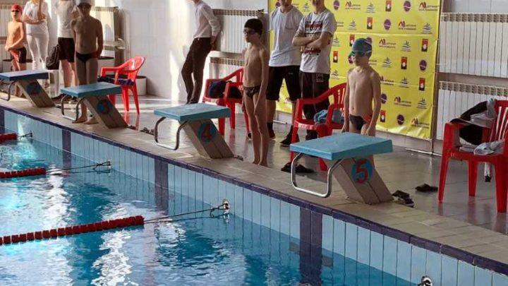 Мысковские пловцы Дарина Кизельбашева и Степан Дубровин успешно выступили на соревнованиях «Умею плавать» в Кемерово