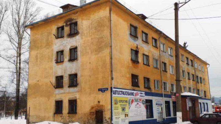 В Мысках расселяют жилой дом, из-за угрозы обрушения