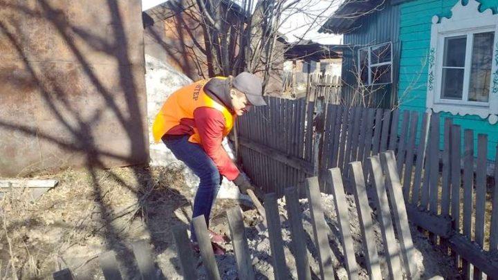 В Мысках волонтёры помогают пенсионерам и ветеранам подготовиться к пропуску талых вод