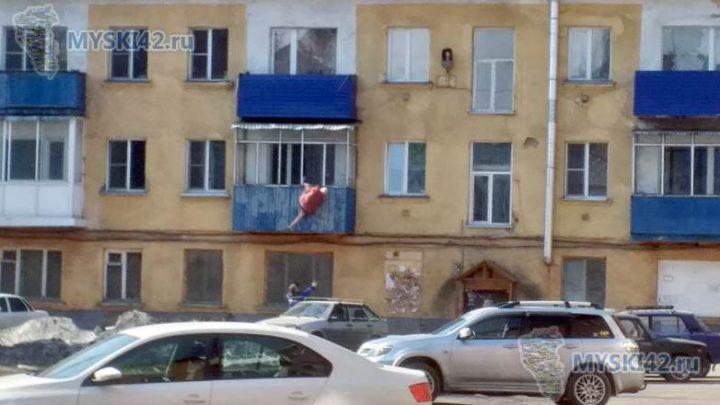 В Мысках на Советской пожилой мужчина выпал с балкона