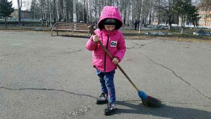 Жители Мысков вышли на традиционный субботник