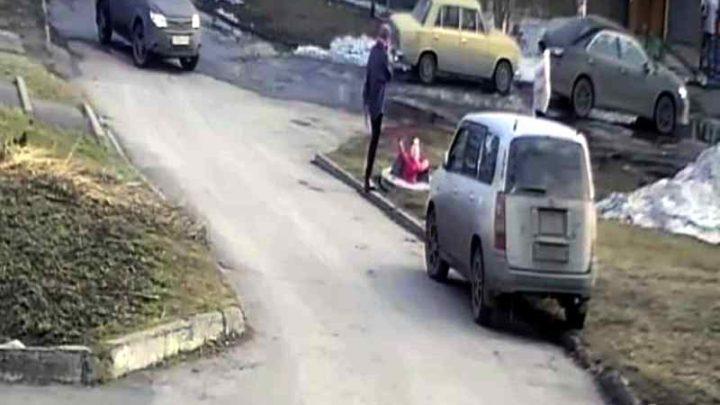 Маленькая девочка на глазах матери упала в колодец