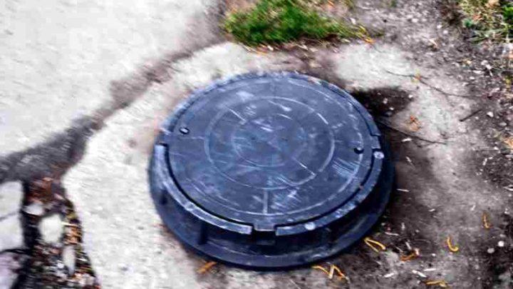 Решено. Опасный колодец у детского сада в Мысках вновь обрел крышку