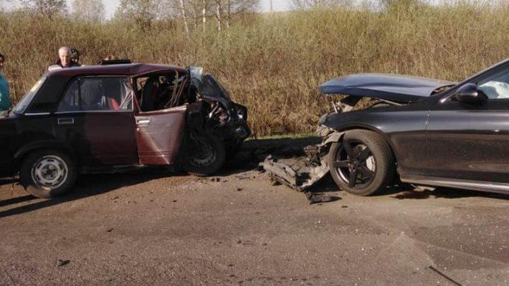 В Мысках произошло ДТП с участием ВАЗ и Mercedes