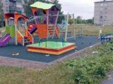 Кто нагадил на новой детской площадке в Мысках?