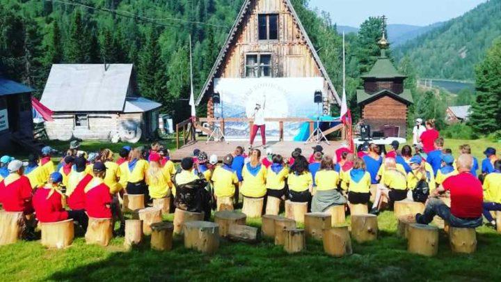Сотрудники культуры Мысков провели открытие четвертой смены лагеря-спутника «Вершины воинской славы» на станции Лужба