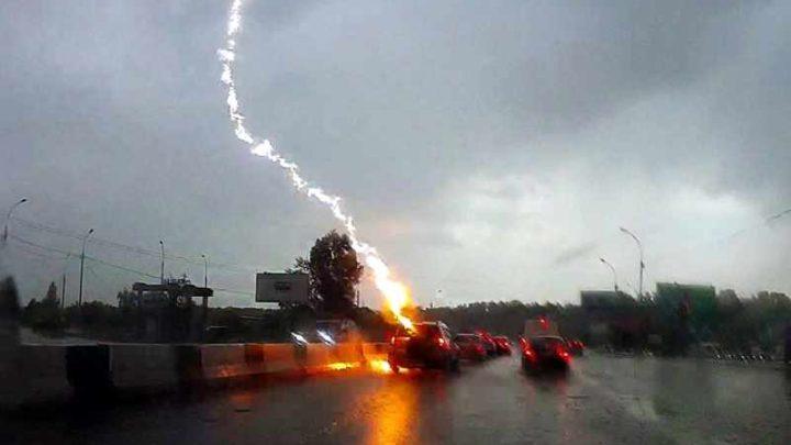 В машину под Новосибирском ударила молния