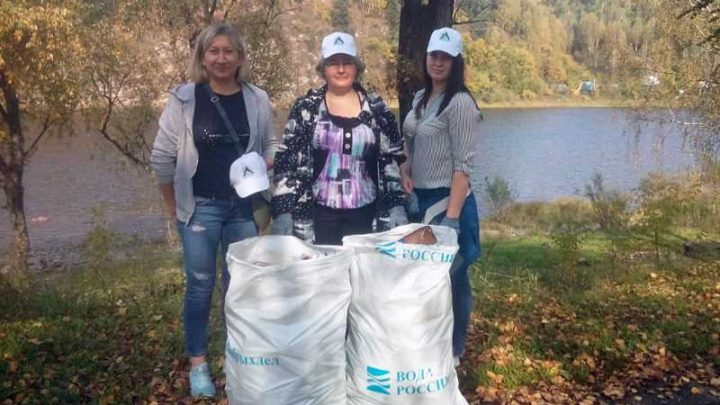 Работники «Южного Кузбасса» посадили деревья и очистили берег реки