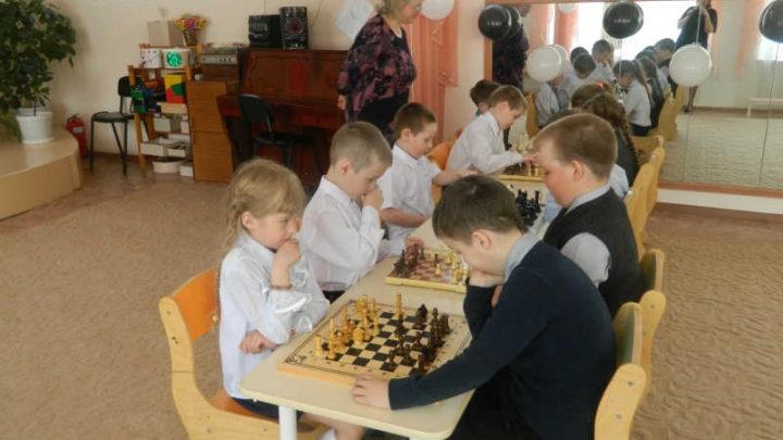 В пяти детских садах Мысков дошкольников будут обучать игре в шахматы