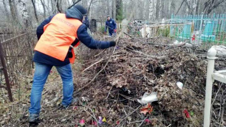 В Мысках добровольцы и МУП Ритуальные услуги ликвидировали несанкционированную свалку на кладбище