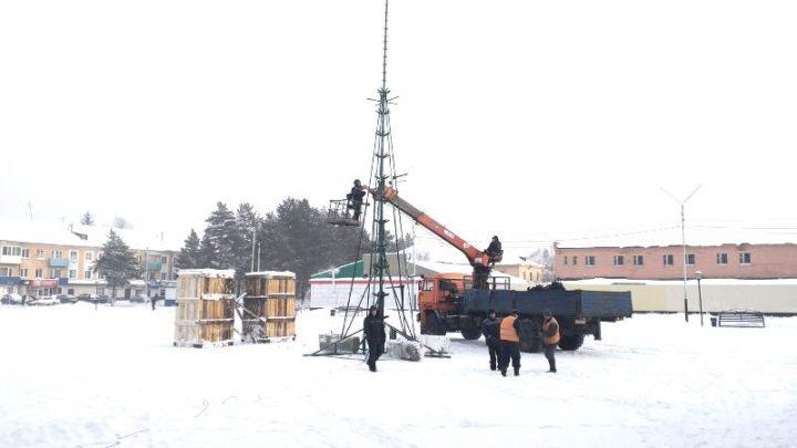 В Мысках приступили к установке новогодних ёлок и созданию снежных городков