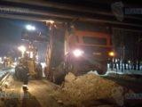 В Мысках МАЗ с поднятым кузовом врезался в автомобильный мост