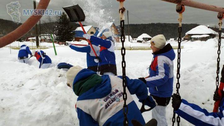 Снежный десант Кузбасса оказал помощь в уборке снега в п.Чувашка