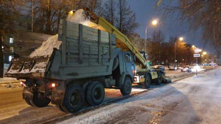 Уборка снега в Кузбассе продолжается в круглосуточном режиме