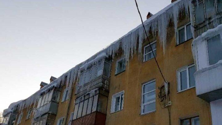Опасная наледь на крыше угрожает жителям улицы Ноградская