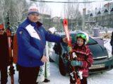Глава Мысков Евгений Тимофеев вручил воспитанникам Мысковской детско-юношеской спортивной школы по горным лыжам и сноуборду комплекты новых лыж