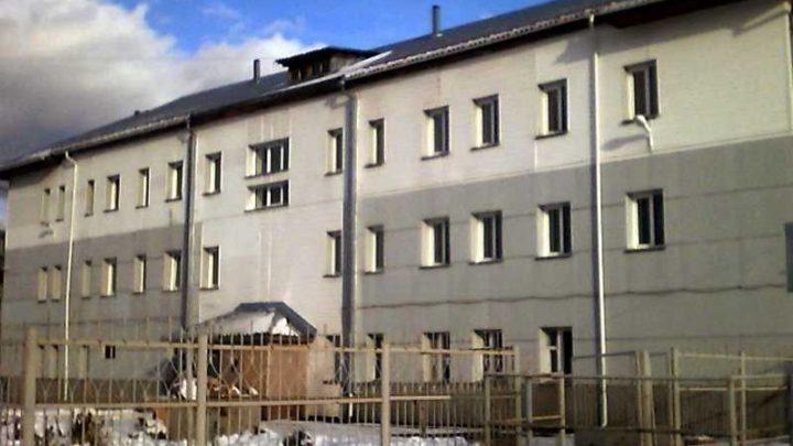 В Мысках два человека пострадали после падения снега с крыши здания