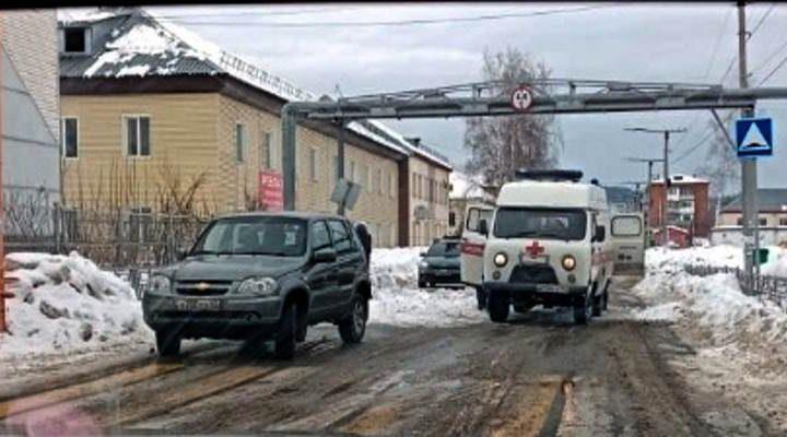 Следственный комитет возбудил уголовное дело по факту схода снега с крыши на прохожих в Мысках