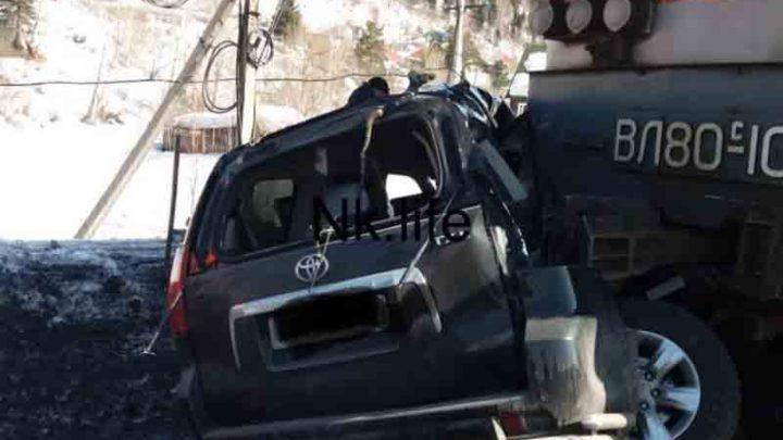 В Междуреченске Land Cruiser Prado попал под локомотив