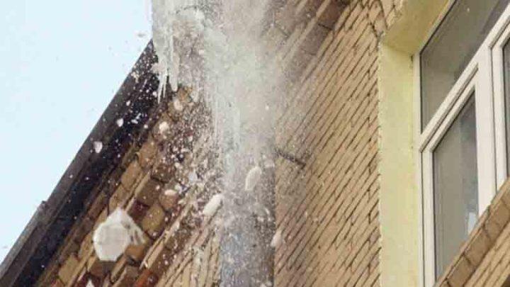 В Мысках на улице Первомайская от схода наледи с крыши пострадал человек