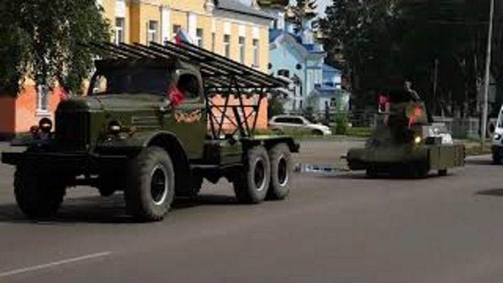 В Мысках колонна из военной техники и автомобилей горожан приняли участие в акции «Гудок Победы»