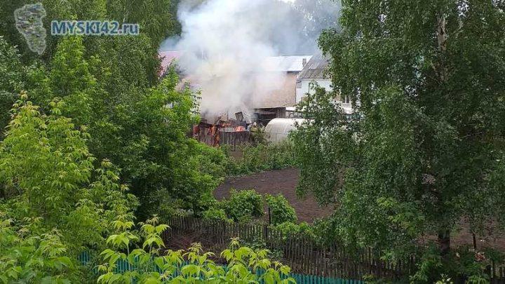 В Мысках на улице Паромная сгорела баня